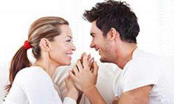 ازدواج یکی از مهمترین بخش های زندگی است که نه تنها از نظر روحی بلکه از نظر فیزیکی نیز بر ما تاثیر می گذارد. بنابراین زمانی که شما به شریک زندگی تان جواب «بله» می دهید، باید منتظر تغییراتی باشید که در ادامه مطلب به آنها اشاره کرده ایم. استرس شما کمتر می شود حتما شما قبل از ازدواج استرس های زیادی را تجربه کرده اید، از برنامه ریزی های عروسی گرفته تا سر و کله زدن با دیگران در مورد چگونگی برگزاری مراسم و... اما همین که زندگی مشترک تان را آغاز می کنید، همه چیز به آرامش می رسد. تحقیقات ثابت کرده افراد متاهل کمتر از مجردها استرس دارند. بعد از ازدواج دیگر شما نگران انتخاب نیمه گمشده تان نیستید، اولویت های زندگی تان تغییر می کند و بسیاری از ترس ها و نگرانی هایتان پایان می یابد که نتیجه آن کاهش سطح استرس تان است. زندگی سالم تری دارید ازدواج، حتی بدون آن که خودتان بفهمید، شما را به سمت یک زندگی سالم تر پیش می برد. به عنوان مثال همسرتان شما را متقاعد می کند که در زمان بیماری هر چه سریع تر به پزشک مراجعه کنید، غذاهای سالم تری مصرف کنید، سیگار را کنار بگذارید یا این که ورزش را در برنامه روزانه تان بگنجانید. در واقع ازدواج از شما فرد سالم تری می سازد. به بیان دیگر، حال که زندگی شما وابسته به فرد دیگری است، شما آن را جدی تر می گیرید و به سلامت فیزیکی تان اهمیت بیشتری می دهید. اضافه وزن پیدا می کنید درست است که شما زندگی سالم تری خواهید داشت، اما اگر فعالیت بدنی تان کم باشد، باید با وزن ایده آل تان خداحافظی کنید. از آنجا که شما در زندگی مشترک، استرس کمتری دارید و خیال تان راحت تر می شود، ممکن است که خیلی خودتان را تحت فشار نگذارید یا به عنوان مثال به دلیل مسئولیت های زیادی که به عهده تان است، از باشگاه رفتن خودداری کنید. اما اگر تناسب اندام برایتان اهمیت دارد، برای فعالیت های بدنی تان نیز زمان بگذارید. فرم بدن تان تغییر می کند یکی دیگر از دلایلی که موجب اضافه وزن شما پس ازدواج می شود، تغییر فرم بدن تان، به خصوص برای آقایان، است. تحقیقی نشان داده که آقایان زمانی که وارد زندگی مشترک می شوند، سطح تستسترون شان کاهش می یابد که همین امر تغییراتی را در ماهیچه ها و چربی بدن ایجاد می کند. از آنجا که تستسترون مسبب ساخت ماهیچه هاست، با مقدار کمتر آن ماهیچه های بدن شما آب شده و کالری کمتری خواهی